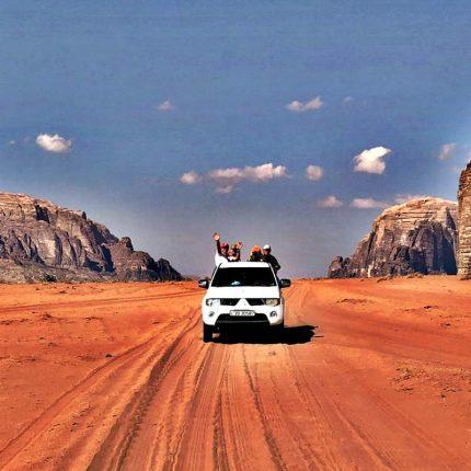 Jordania w kraju pełnym słońca.