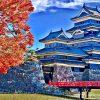 Japońska złota jesień w czerwieni klonów.